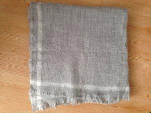 Kuscheliger grauer Schal