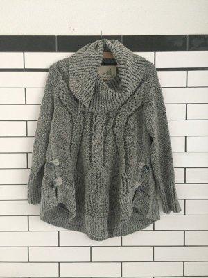 Kuscheliger grauer Sweater mit Schalkragen
