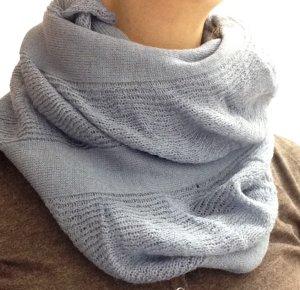 kuscheliger Loop-Schal in graublau