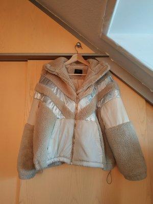 Kuscheliger Mantel mit Kunstfell