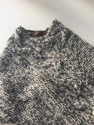 Kuscheliger Poncho aus Wolle mit Fransen