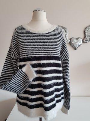 Kuscheliger Pullover schwarz/weiss gestreift