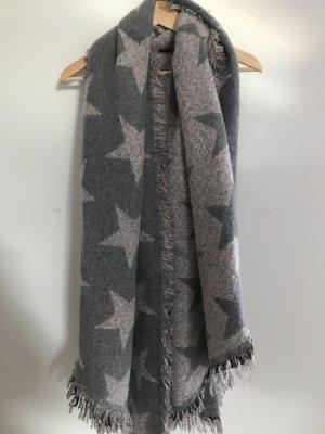 Kuscheliger Schal in grau mit Sternen