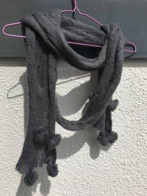 Kuscheliger Schal mit Bommel