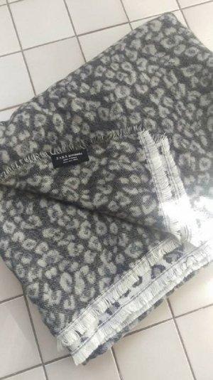 Kuscheliger XXL-Schal von Zara in schwarz-grauem Leopardenprint