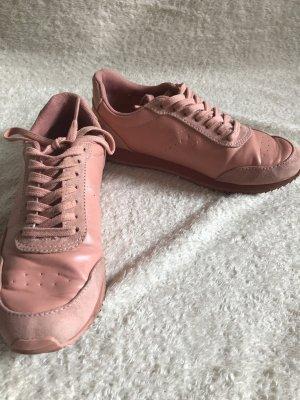 Lachsfarbene Sneaker