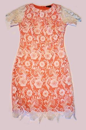 Lachsfarbenes kurzes Kleid mit Spitze