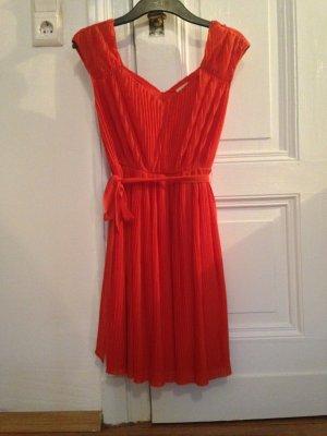 Lachsfarbenes schickes Kleid
