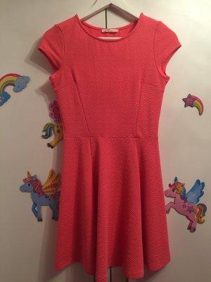Lachsfarbiges Kurzärmligeskleid