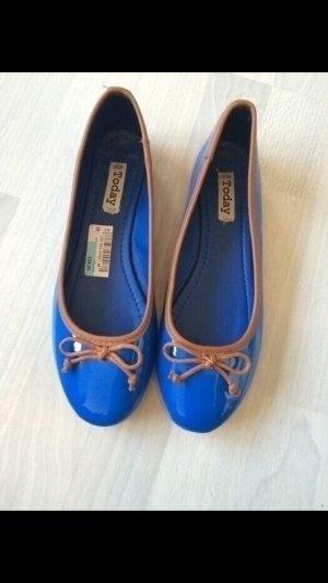 Lackballerinas in blau