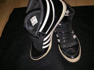 Lackschwarze Adidas Turnschuhe