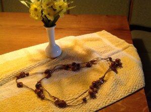 Längere braunfarbene Halskette mit Steinen