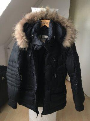 Längere taillierte Winterjacken mit schmalem Echtfellkragen in schwarz