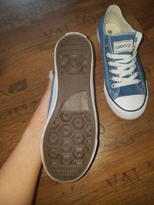 lässig blaue Sneaker