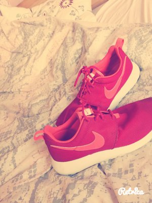 Lässige Nikeschuhe in knalliger Farbe