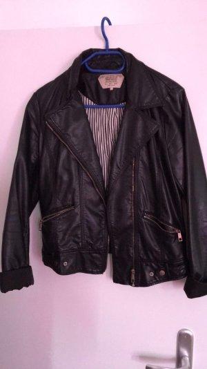 Lässige schwarze Lederjacke von Zara