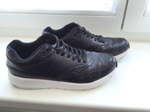 Lässige schwarze Sneaker mit weißer Sohle