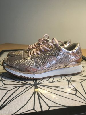 Lässige Sneakers im metallic Look