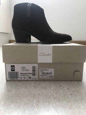 Lässige Stiefeletten von Clarks aus Wildleder in dunkelbraun, NP 120€