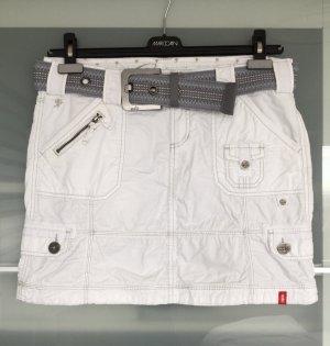 Lässiger weißer Minirock mit passendem Gürtel