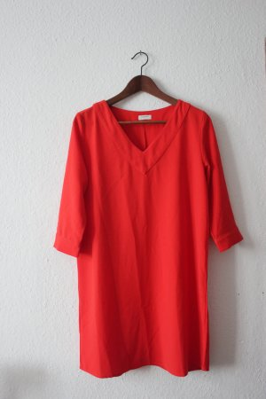 Lässiges rotes Shirtkleid