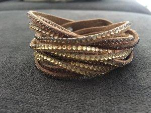 Lässiges Wickelarmband mit Steinchen