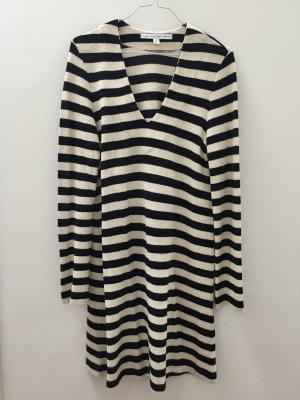 Langärmeliges Kleid aus dickem Stoff