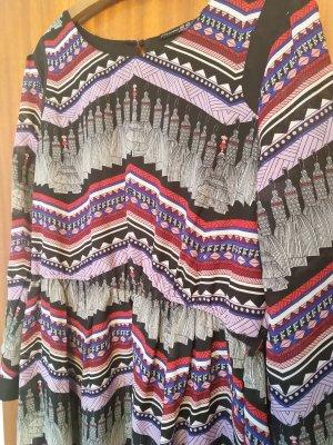 Langärmeliges Kleid im Ethnostil