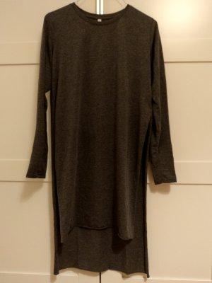 Langärmeliges Kleid mit seitlichen Einschnitten