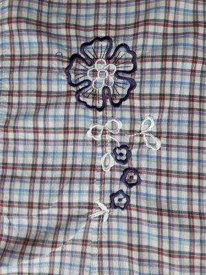 Langarmbluse XXL kariert mit Ersatzknopf und Stickerei