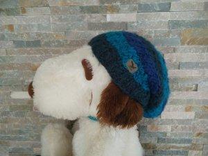 lange, blaue gestreifte Mütze