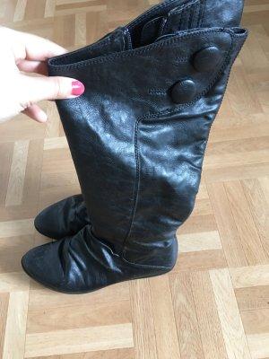 Lange flache Stiefel mit Knöpfe