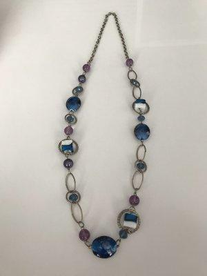 Lange  Halskette in silber  Optik mit einzigartigen Verzierung in Blau, lila und  weiße  Farbe.