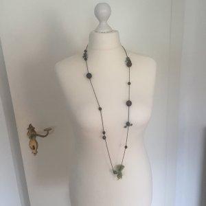 Lange Halskette mit Perlen und Schleifen
