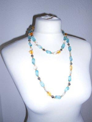 Lange Kette aus unterschiedlichen Perlen