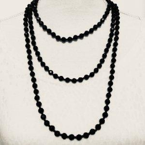 * Lange Kette in schwarz mit funkelnden Steinchen *