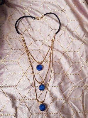 Lange Kette mit blauen Steinen