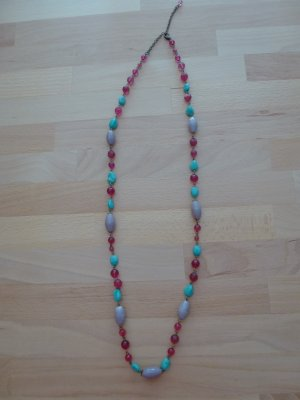lange Kette mit bunten Perlen