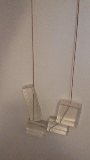 Lange Kette mit durchsichtigen Bausteinen