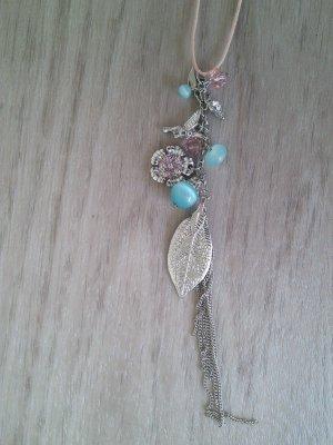 lange Kette mit Feder und Perlen