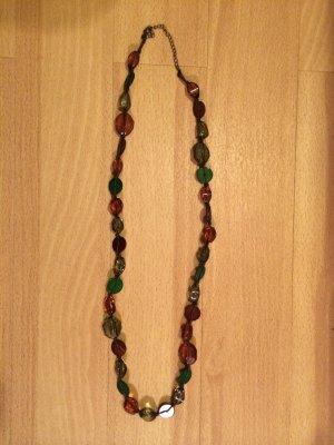 Lange Kette mit grünen und braunen Perlen