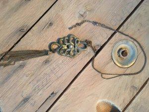 Lange Kette mit Perlendetail