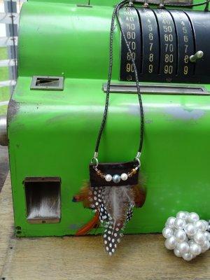 Lange Lederkette mit Federn und Perlen UNIKAT NEU