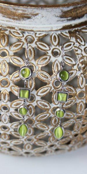 Lange Ohrringe mit grünen Steinen