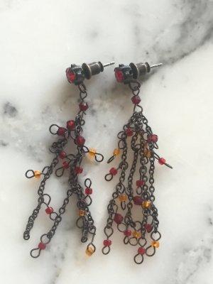 Lange Ohrringe mit roten und orangenen Perlen