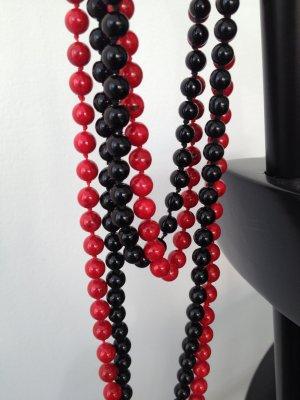 Lange Perlenketten in schwarz und rot