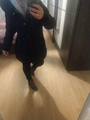 Lange schwarze Winterjacke mit Kragen und Kaputze