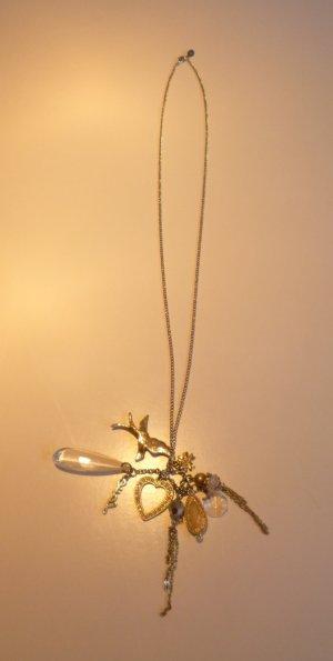 Lange, silberne Halskette mit verspielten Elementen