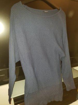 Langer blauer Pullover