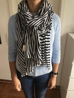 Langer gestreifter Schal
